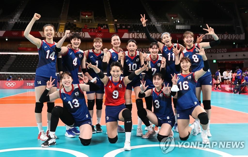 7月31日,在東京奧運會女排小組賽第四輪中,南韓女排3比2戰勝日本隊,提前鎖定四分之一決賽的席位。圖為南韓隊賽後合影。 韓聯社