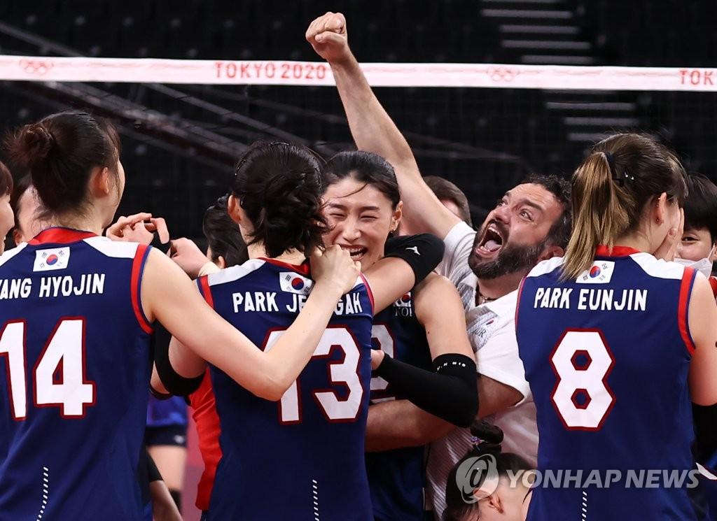 7月31日,在東京奧運會女排小組賽第四輪中,南韓女排3比2戰勝日本隊,提前鎖定四分之一決賽的席位。圖為南韓隊慶祝得分。 韓聯社