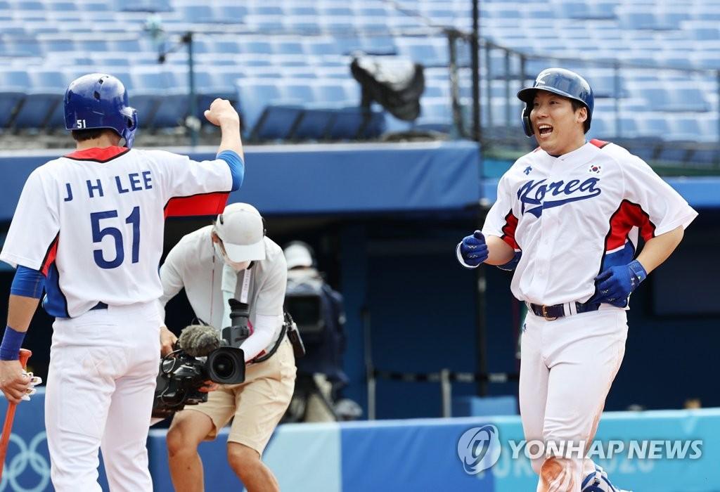 8月2日,東京奧運會棒球淘汰賽第二輪南韓對陣以色列的比賽在日本橫濱棒球場進行。圖為南韓選手金賢洙(右)打出二分本壘打後慶祝勝利。 韓聯社