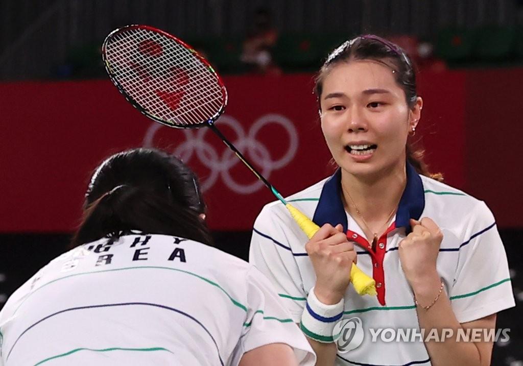 8月2日,在日本武藏野之森綜合體育廣場進行的東京奧運會羽毛球女子雙打銅牌賽中,南韓組合金昭映/孔熙容迎戰另一組南韓搭檔李昭希/申昇瓚,最終以2比0取勝摘得銅牌。 韓聯社