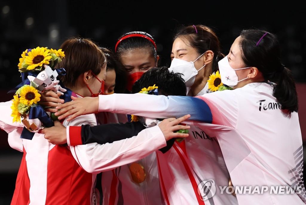 資料圖片:8月2日,在日本武藏野之森綜合體育廣場,東京奧運會羽毛球女子雙打賽項目頒獎儀式舉行。圖為南韓隊金昭映(右二)/孔熙容(右一)拿下季軍後,與印尼隊(冠軍)和中國隊慶祝。 韓聯社