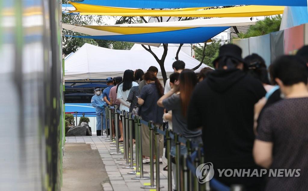 8月4日,在首爾蘆原區衛生站篩查診療,市民們排長隊候檢。 韓聯社