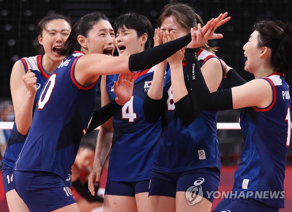 8月4日,東京奧運會女子排球八強賽南韓對陣土耳其的比賽在日本東京的有明競技場進行,南韓隊當天以3比2戰勝土耳其。圖為隊長金軟景(左二)和選手們慶祝勝利。 韓聯社