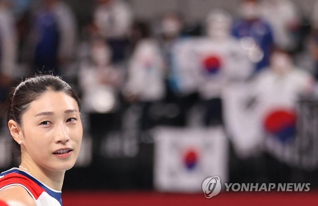 8月8日,在日本有明體育館,東京奧運女排南韓對陣塞爾維亞的銅牌賽後,金軟景安慰傷心的隊友。 韓聯社