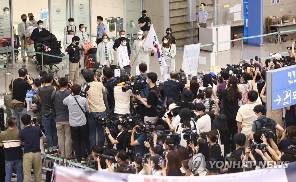 8月9日,在仁川國際機場,載譽回國的南韓女排受到媒體和球迷們的熱烈歡迎。 韓聯社
