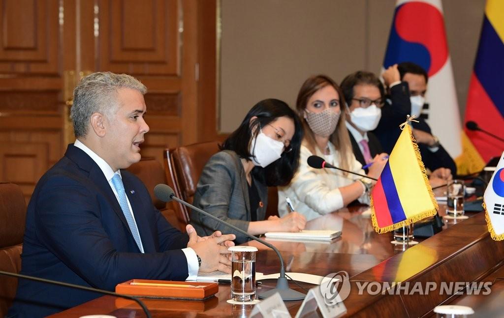 8月25日,在青瓦臺,哥倫比亞總統伊萬·杜克(左)出席南韓和哥倫比亞首腦會談。 韓聯社