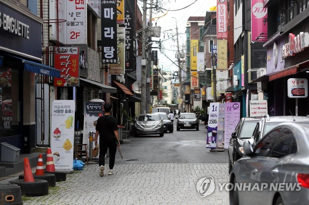 資料圖片:8月25日,受新冠疫情影響,全北大學附近的街道一片冷清。 韓聯社