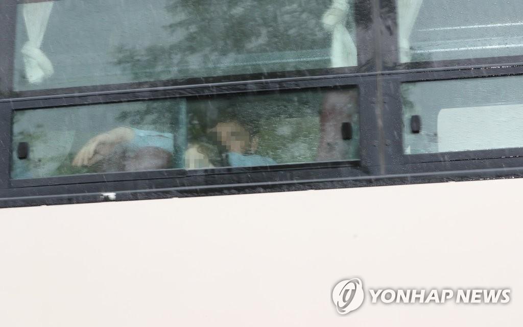 8月27日,在國家公務員人才開發院,曾在阿富汗為南韓工作過的人員及其家屬乘坐大巴抵達鎮川。 韓聯社