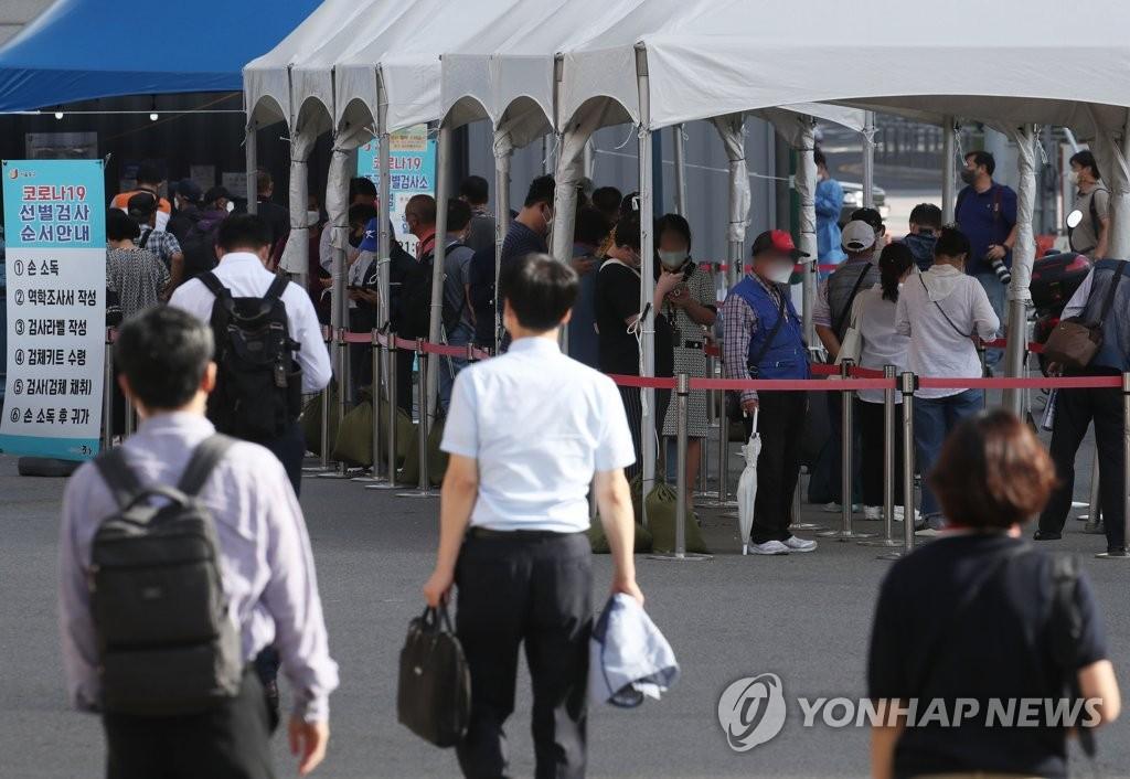 9月6日,市民在首爾站臨時篩查診所排隊候檢。 韓聯社