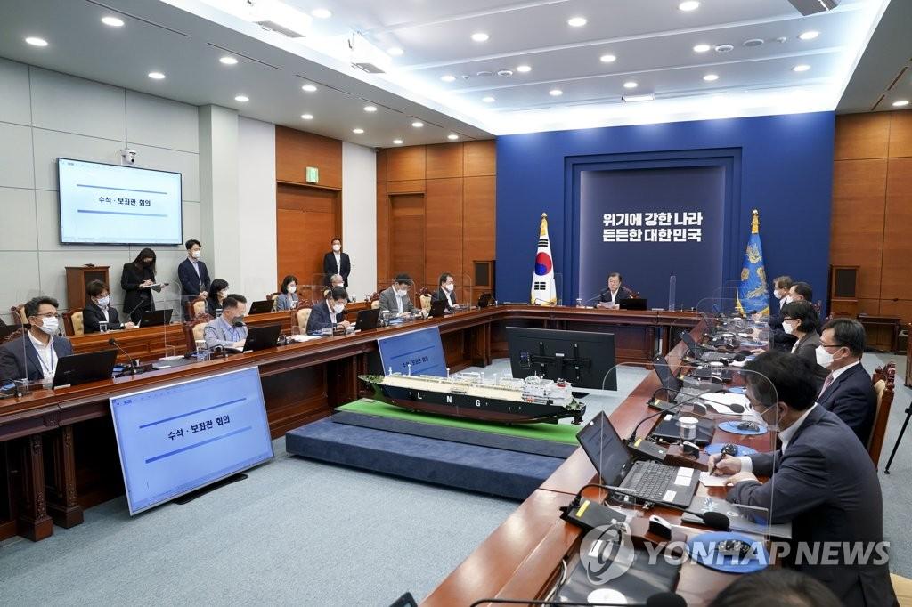 9月6日,在青瓦臺,南韓總統文在寅主持召開青瓦臺首席秘書和輔佐官會議。 韓聯社