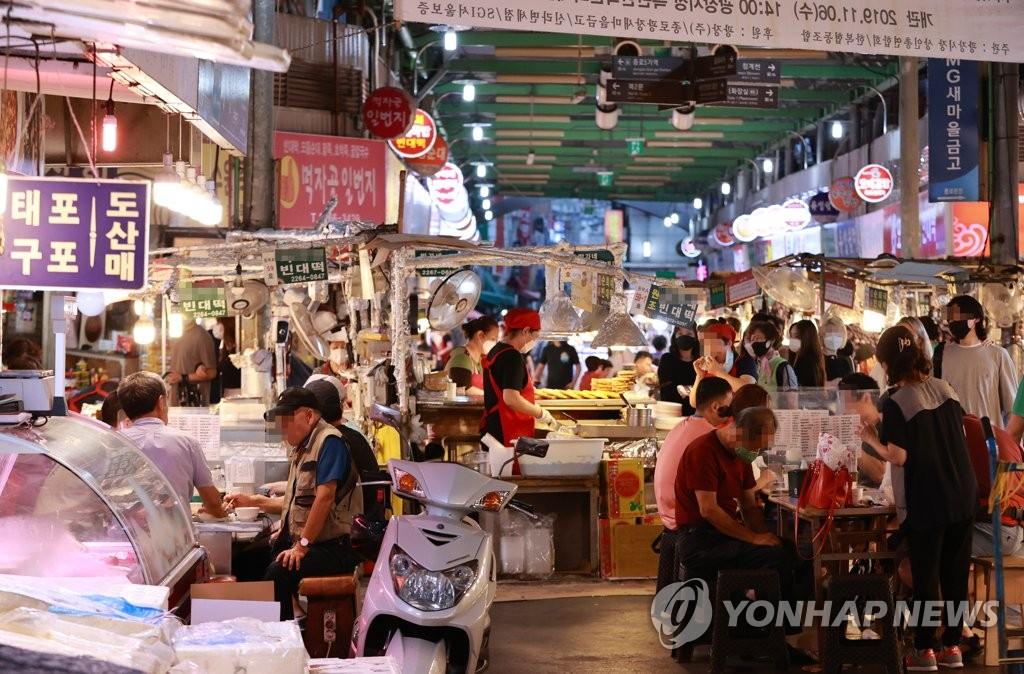 資料圖片:9月6日,在首爾廣藏市場,市民們在外就餐。 韓聯社
