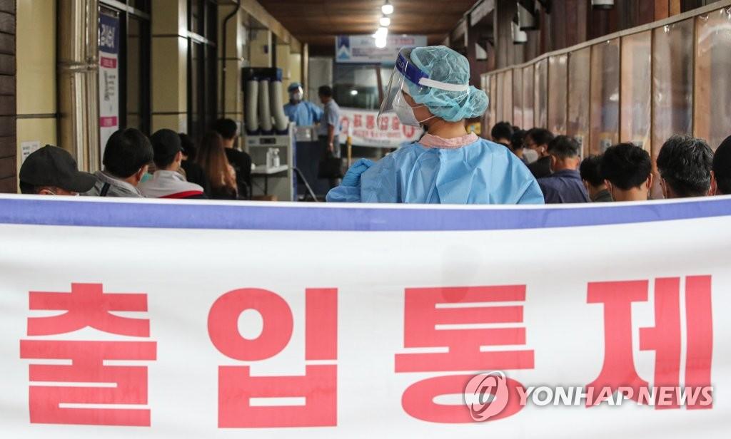 9月7日,在設于首爾松坡區衛生站的篩查診所,醫務人員正在引導市民接受病毒檢測。 韓聯社