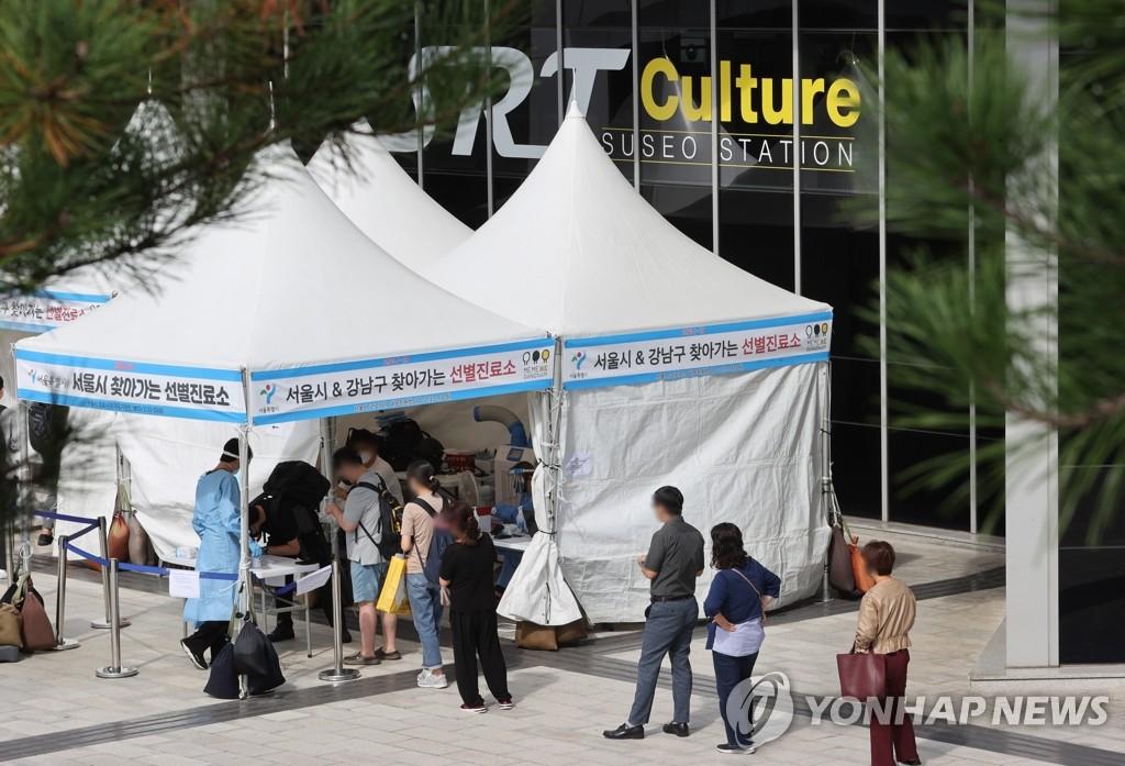 9月8日,在高鐵水西站的流動核酸檢測點,市民排隊等待採樣。 韓聯社