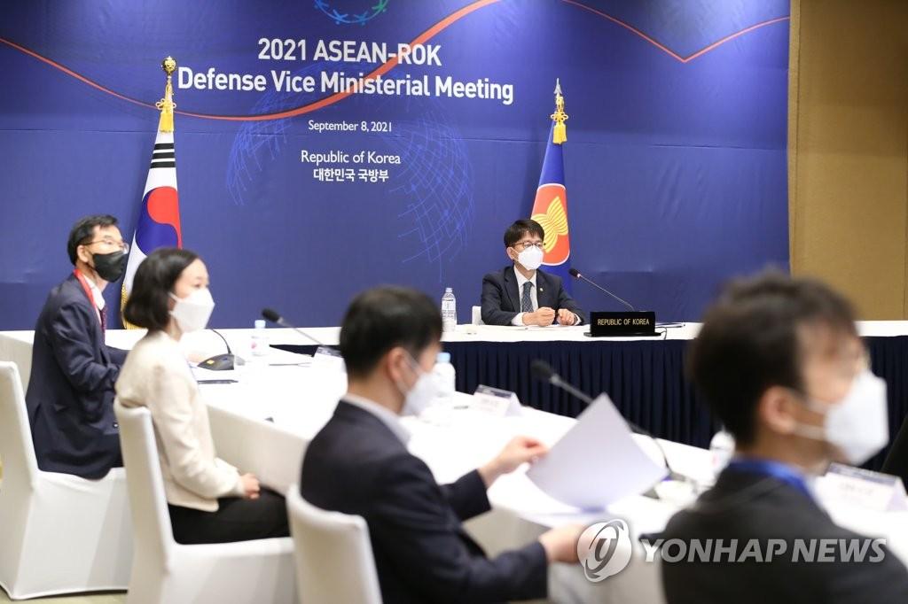 9月8日,南韓國防部次官樸宰民(左四)以視頻連線方式出席2021南韓-東盟國防副部長會議。 韓聯社/國防部供圖(圖片嚴禁轉載複製)