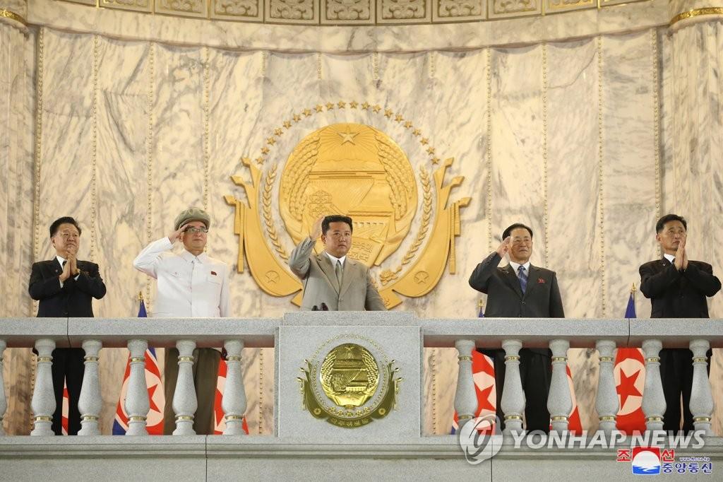 9月9日,在金日成廣場,朝鮮舉行紀念建政73週年的民間及安全武裝力量閱兵式。 金正恩在主席臺向受閱方隊招手。 韓聯社/朝中社(圖片僅限南韓國內使用,嚴禁轉載複製)