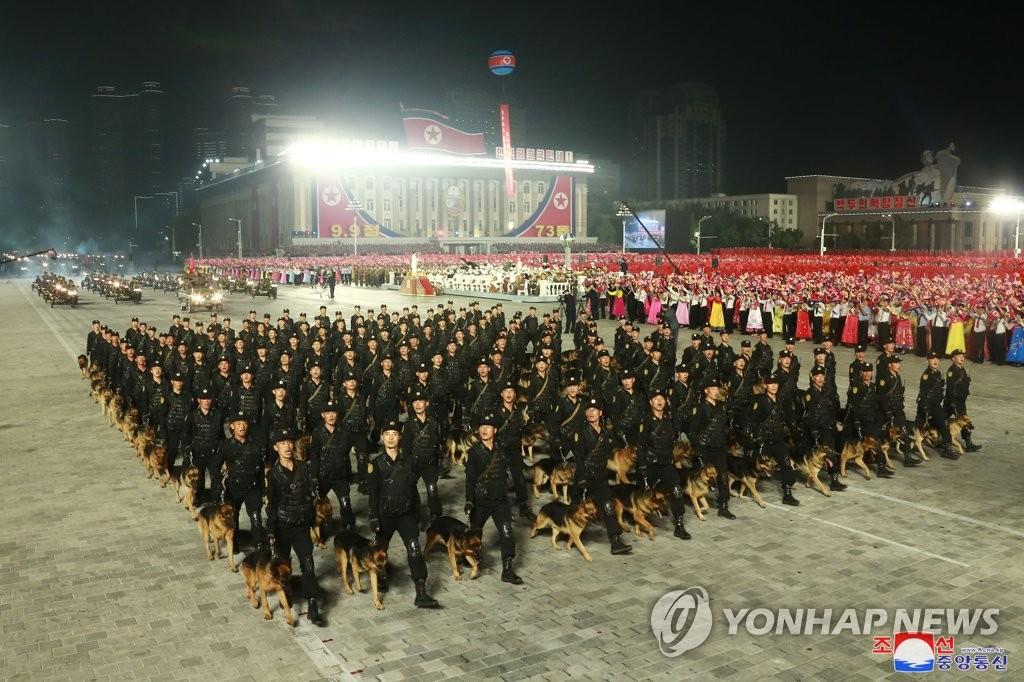 9月9日,在金日成廣場,軍犬方隊接受檢閱。 韓聯社/朝中社(圖片僅限南韓國內使用,嚴禁轉載複製)
