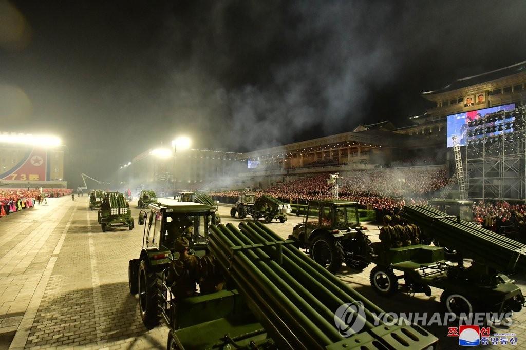 9月9日,在金日成廣場,拖拉機拉著多管火箭炮通過廣場。 韓聯社/朝中社(圖片僅限南韓國內使用,嚴禁轉載複製)