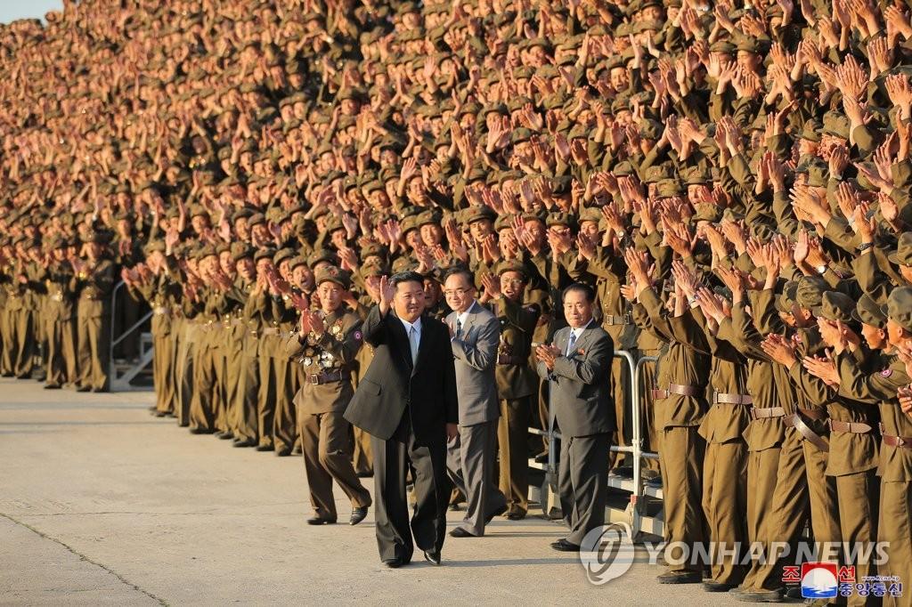 9月9日,在平壤,金正恩與閱兵式受檢軍人合影。 韓聯社/朝中社(圖片僅限南韓國內使用,嚴禁轉載複製)