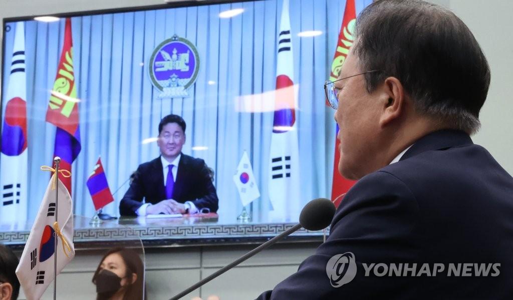 9月10日,在南韓青瓦臺,南韓總統文在寅與蒙古國總統呼日勒蘇赫舉行視頻會談。 韓聯社