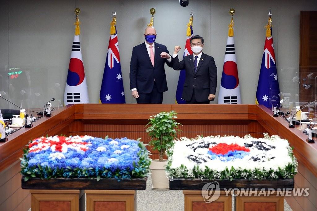 9月13日,在南韓國防部辦公樓,南韓國防部長官徐旭(右)和到訪的澳大利亞國防部長彼得·達頓合影留念。 韓聯社/南韓國防部供圖(圖片嚴禁轉載複製)