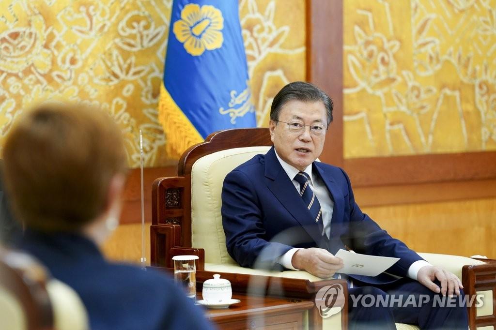 9月13日,在青瓦臺,南韓總統文在寅(右)接見澳大利亞外交部長瑪麗斯·佩恩、國防部長彼得·達頓。 韓聯社