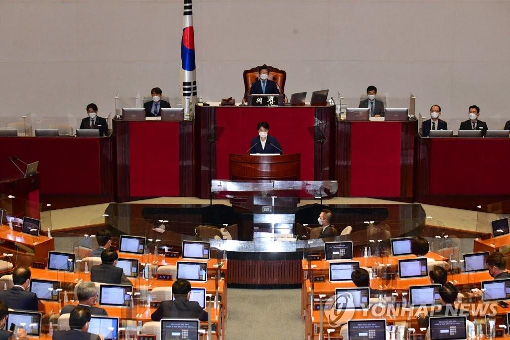 9月13日,在辭職議案表決前,尹喜淑在國會全會上發言。 韓聯社/國會攝影記者團