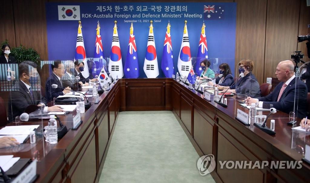 """9月13日,在位於首爾市鐘路區的外交部辦公樓,南韓和澳大利亞外長防長""""2+2""""會談舉行。圖為南韓外交部長官鄭義溶(左二)、國防部長官徐旭(左一)和澳大利亞國防部長彼得·達頓(右一)和外交部長瑪麗斯·佩恩(右二)參會。 韓聯社"""