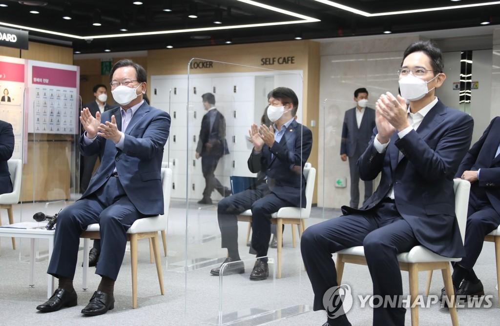 9月14日,在三星青年SW學院(SSAFY),國務總理金富謙(左)與李在鎔等三星集團方面人士舉行座談會。 韓聯社