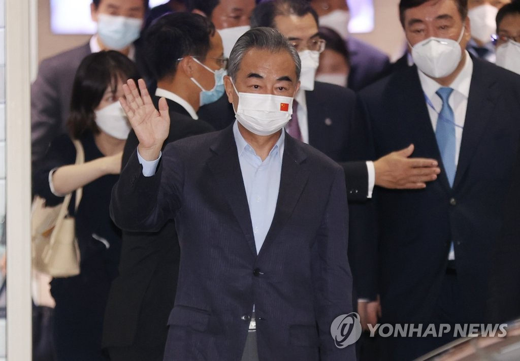9月14日,中國國務委員兼外長王毅抵達南韓後向媒體記者揮手致意。 韓聯社