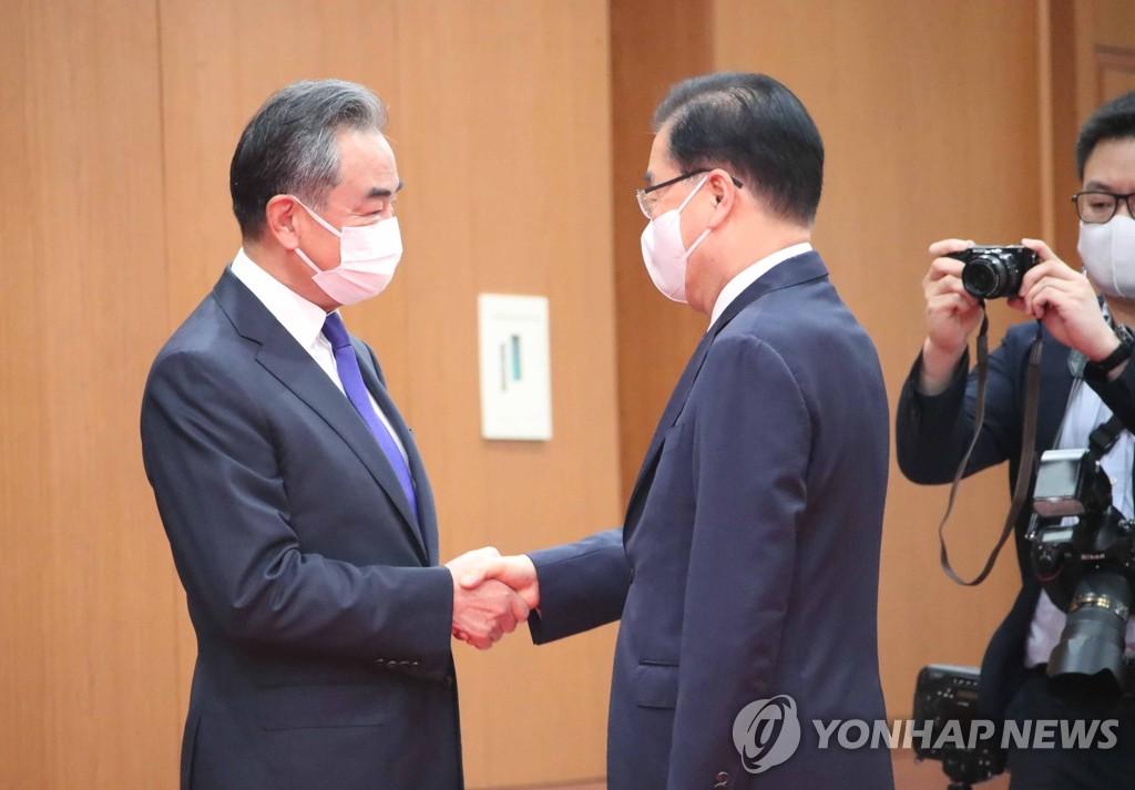 韓中外長握手
