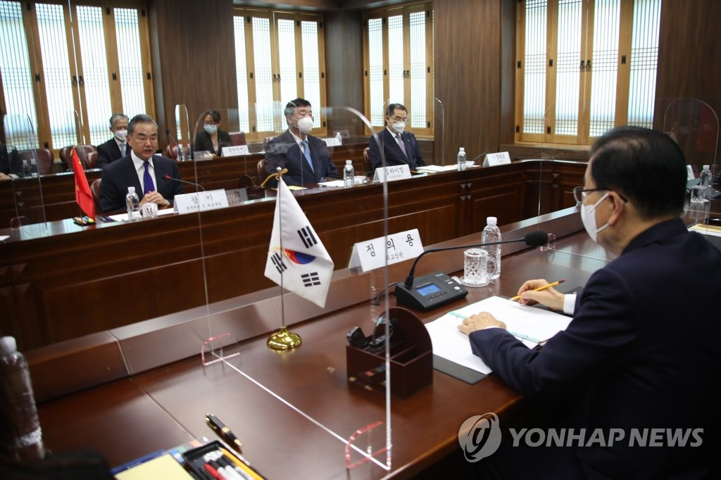 9月15日,在南韓外交部辦公樓,南韓外交部長官鄭義溶(右)和中國外交部長王毅舉行會談。 韓聯社