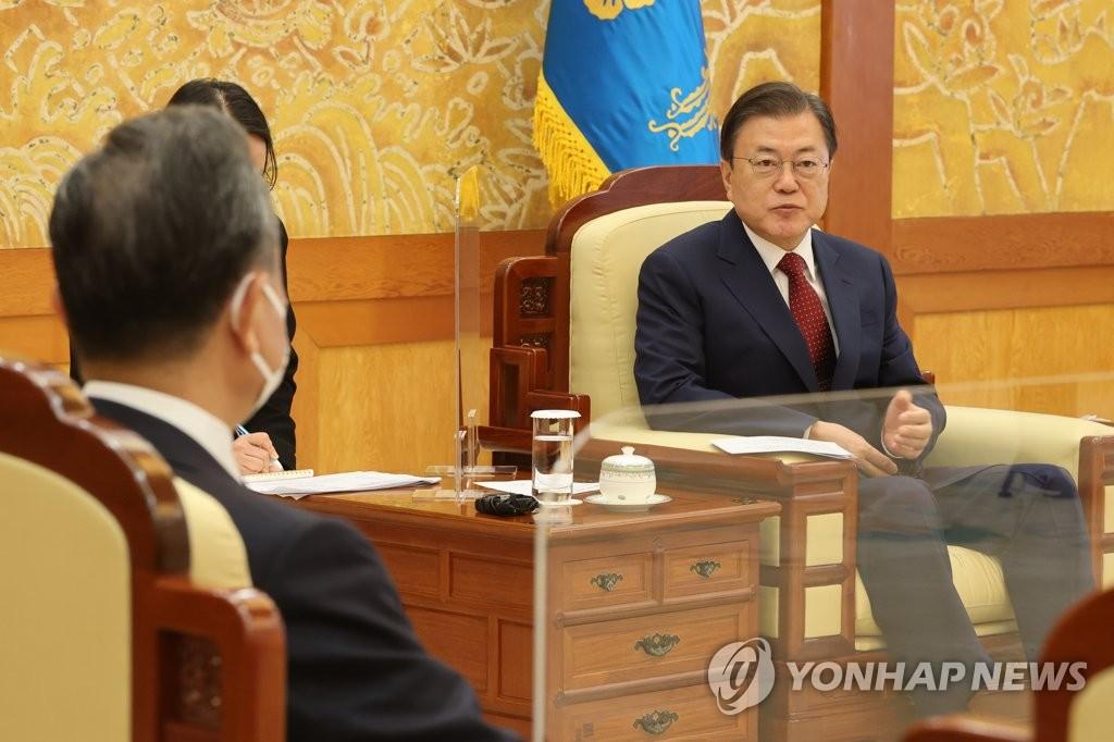 9月15日,在青瓦臺,南韓總統文在寅(右)接見中國國務委員兼外交部長王毅。 韓聯社