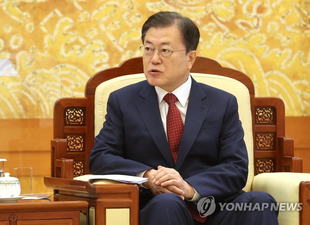 9月15日,在青瓦臺,南韓總統文在寅接見中國國務委員兼外交部長王毅。 韓聯社