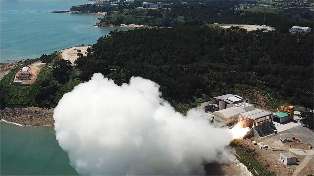 資料圖片:9月15日,南韓自主研發的用於運載火箭的固體燃料發動機成功進行點火試驗。 韓聯社/國防部供圖(圖片嚴禁轉載複製)