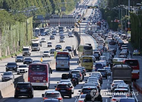 高速公路擠滿返鄉車流