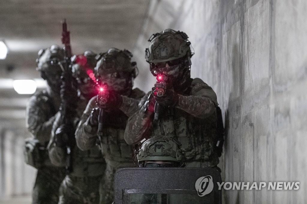 穿高端戰鬥套裝演練作戰