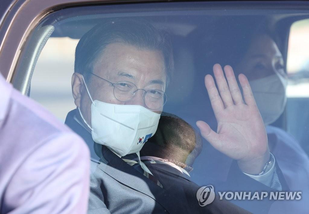 當地時間9月19日,在紐約約翰·肯尼迪國際機場,南韓總統文在寅(左)和夫人金正淑女士搭乘空軍一號抵達美國。圖為文在寅向前來歡迎的人員招手示意。 韓聯社
