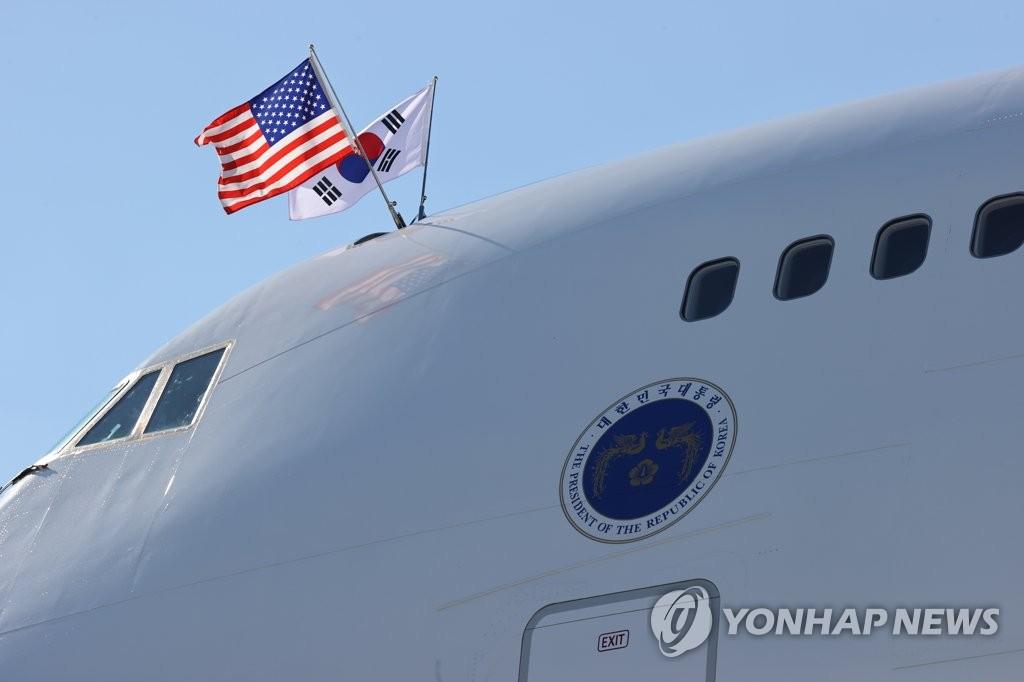 當地時間9月19日,在紐約約翰·肯尼迪國際機場,南韓總統文在寅(左)和夫人金正淑女士搭乘的空軍一號抵達美國。 韓聯社