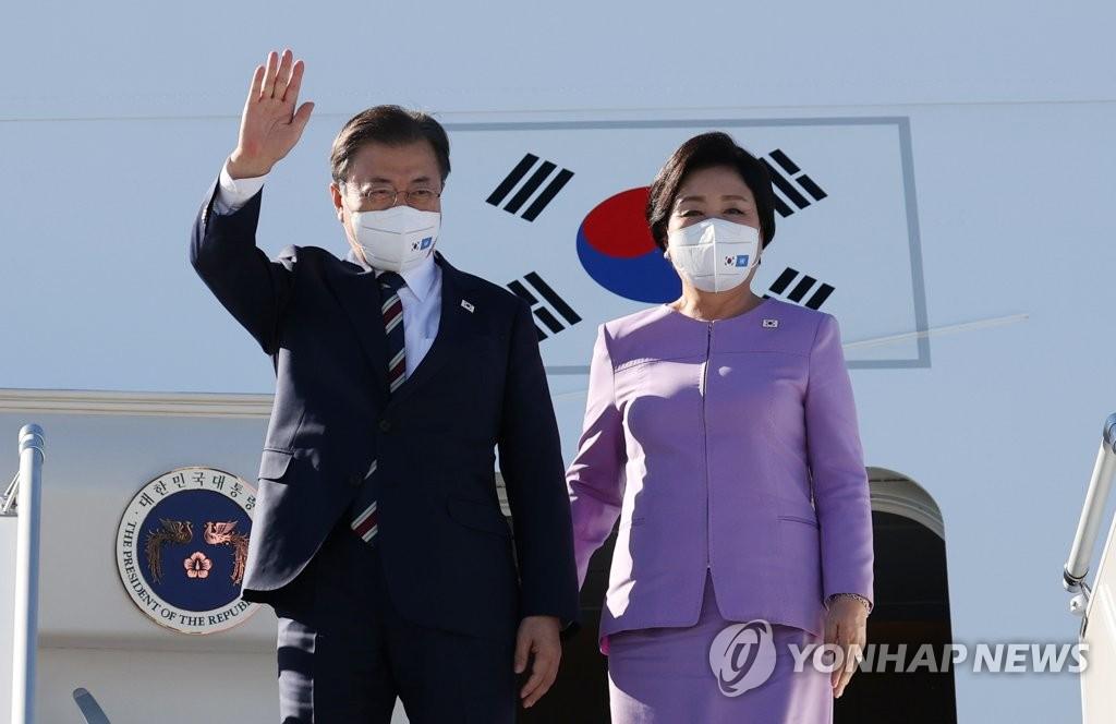 """當地時間9月19日,在紐約約翰·肯尼迪國際機場,南韓總統文在寅(左)和夫人金正淑女士搭乘""""空軍一號""""專機抵達美國。文在寅將出席在紐約舉行的第76屆聯合國大會。 韓聯社"""