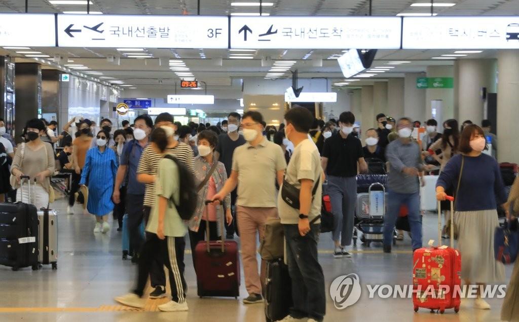 9月20日上午,在濟州國際機場國內到達大廳,大批入島旅客前來旅遊過節。 韓聯社