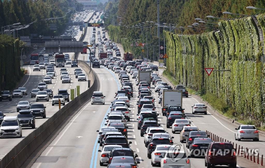 在中秋一天前的9月20日上午,從首爾市瑞草區蠶院收費站遙望京釜高速公路,出京方向返鄉車輛擁堵。 韓聯社