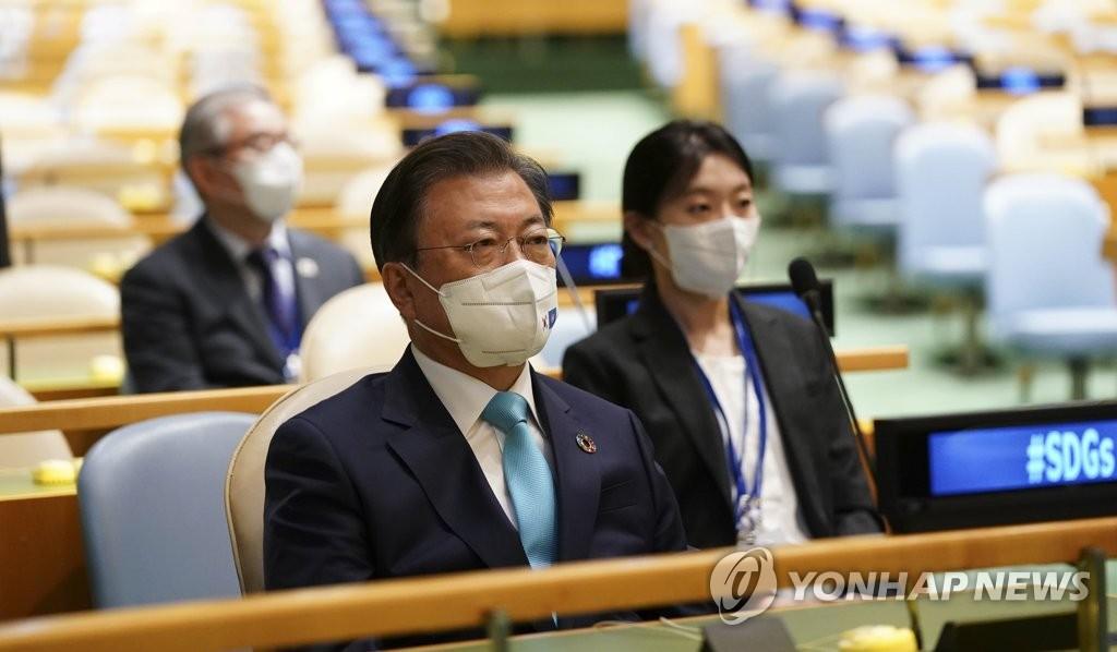 """當地時間9月20日,在紐約聯合國總部舉行的""""可持續發展目標時刻""""高級別會議上,南韓總統文在寅正在聽取防彈少年團(BTS)的演講。 韓聯社"""