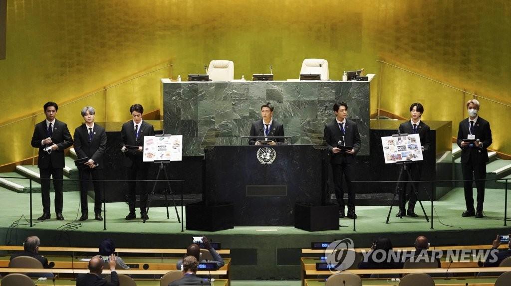 """當地時間9月20日,在紐約聯合國總部,南韓男團防彈少年團(BTS)以南韓總統特使和世界青年代表身份受邀出席聯合國""""可持續發展目標時刻""""高級別活動。 韓聯社"""