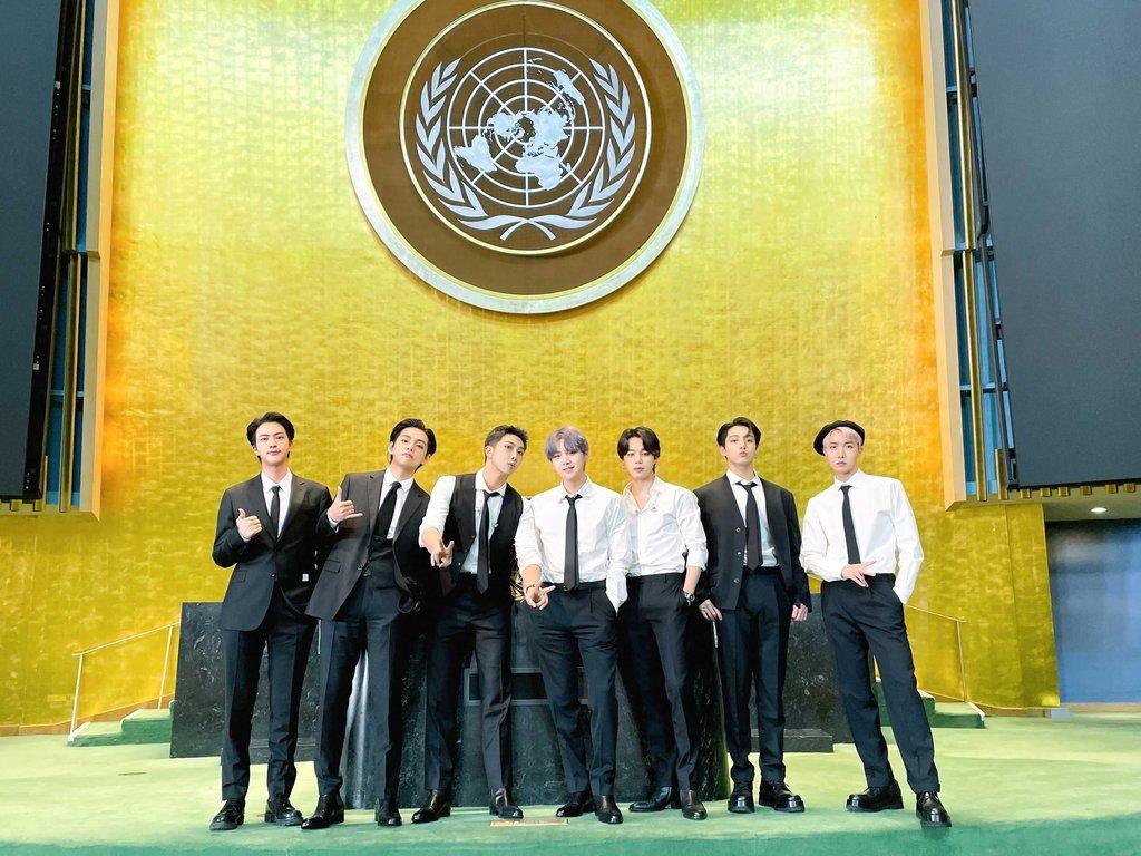 """資料圖片:當地時間9月20日,南韓男團防彈少年團(BTS)以南韓總統特使和世界青年代表身份受邀出席在紐約聯合國總部舉行的""""可持續發展目標時刻""""高級別活動,並公開了提前錄製的《Permission to Dance》舞蹈視頻。 韓聯社/防彈少年團官方推特截圖(圖片嚴禁轉載複製)"""