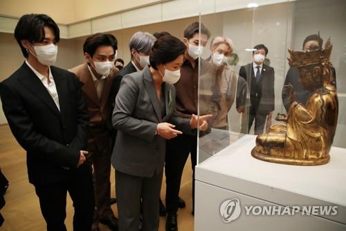 韓第一夫人與防彈參觀南韓館