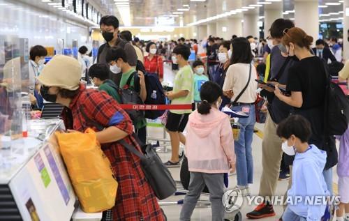 濟州機場迎返程客流高峰