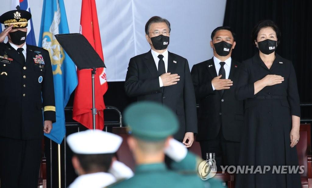 當地時間9月22日,在美國希卡姆空軍基地第19機庫舉行的韓美兩軍烈士遺骸交接儀式上,文在寅夫婦向國旗敬禮。 韓聯社