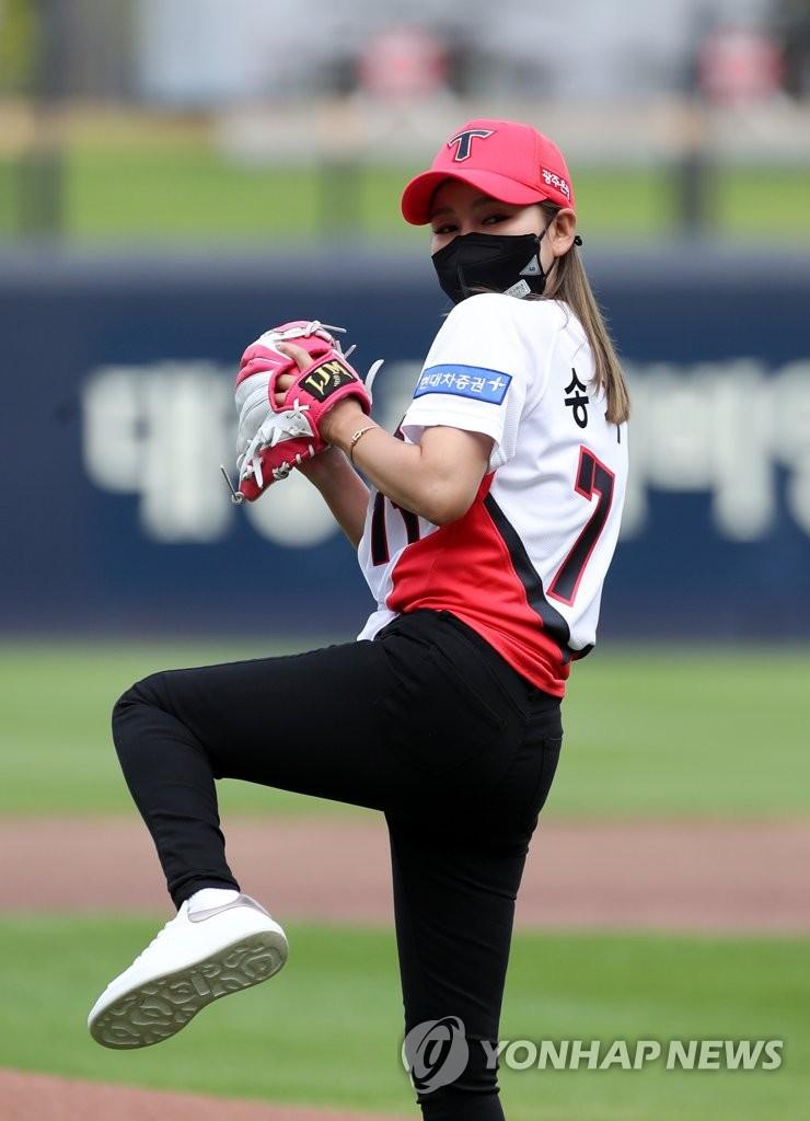 宋佳人為棒球賽開球