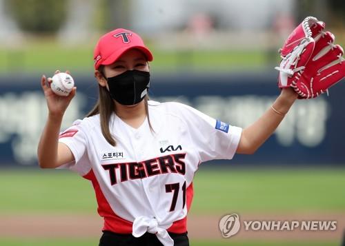 歌手宋佳人為職棒開球