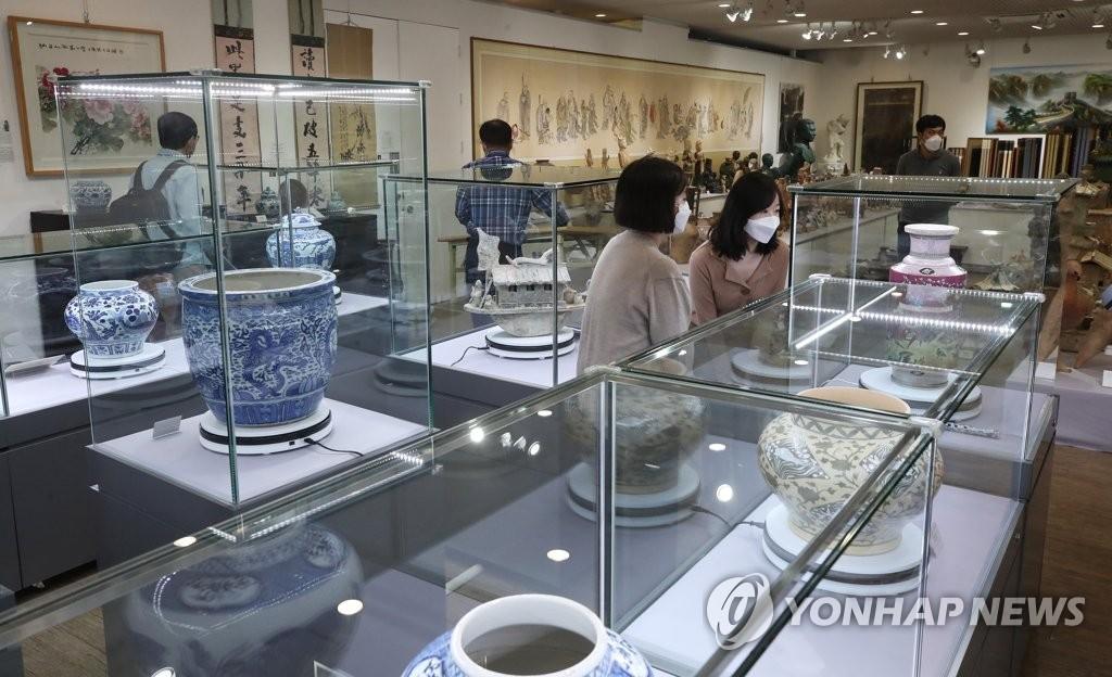 """9月27日,""""韓中文化遺產再發現""""特別展的主辦方——南韓多寶星畫廊舉行記者會。圖為觀眾觀看展覽品。 韓聯社"""